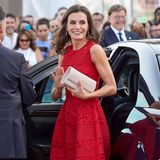 In feurigem Rot zeigt sich Königin Letizia von Spanien in Valencia und zieht mit ihrem Midi-Dress alle Blicke auf sich. Das Kleid von Designerin Carolina Herrera ist mit feiner Spitze gearbeitet und zaubert der 46-Jährigen eine elegante Silhouette. Rote Slingpumps sowie rote funkelnde Ohrringe ergänzen den Look um das Designer-Dress perfekt.