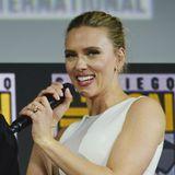 Was für ein Klunker! Scarlett Johansson zeigt bei der Comic Con 2019 erstmals ihren riesigen Verlobungsring, den sie von Colin Jost erhalten hat. Der hellbraune Diamant wird von Experten auf 11 Karat und einen Preis von über 350.000 Euro geschätzt.