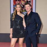 Robin Thicke und seine Freundin April Love Geary lassen die Kids zuhause und werfen sich für die Premiere des Films in Schale. Sie trägt ein asymmetrisches Glitzerkleid, er setzt auf einen dunkelblauen Anzug mit schwarzem Revers.