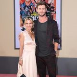 Chris Hemsworth kommt in Begleitung seiner Frau Elsa Pataky. Arm in Arm posieren die beiden für die Fotografen.