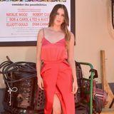 Scout WIllis unterstützt an diesem Abend ihrer ältere Schwester Rumer, die im Film mitspielt. Sie trägt ein glänzend rotes Kleid mit hohem Beinschlitz.