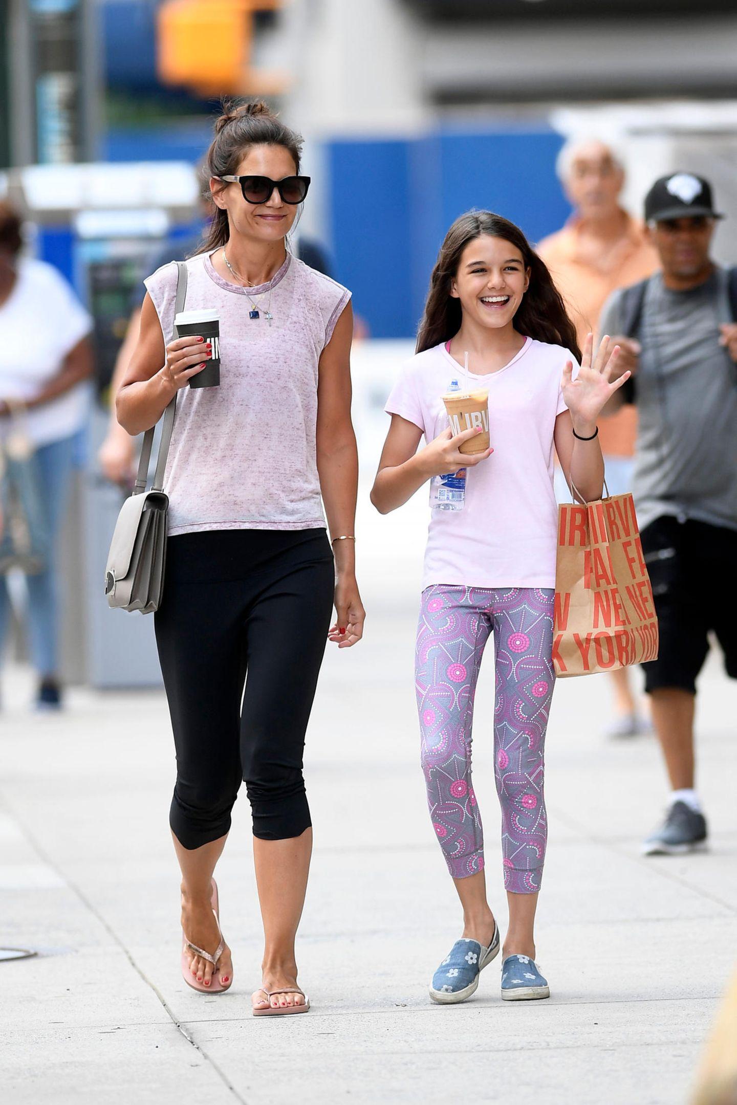 Katie Holmes und ihre Mini-Me-Tochter Suri Cruise flanieren ganz entspannt im Leggings-Partnerlook durch New York City. Süßes Detail: die abgestimmten rosa T-Shirts.