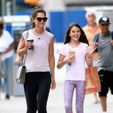 Katie Holmes und ihre Mini-Me-Tochter Suri Cruise flanieren ganz entspannt im Leggings-Partnerlook durch New York City. Süßes Detail: die abgestimmten rosa T-Shirts.