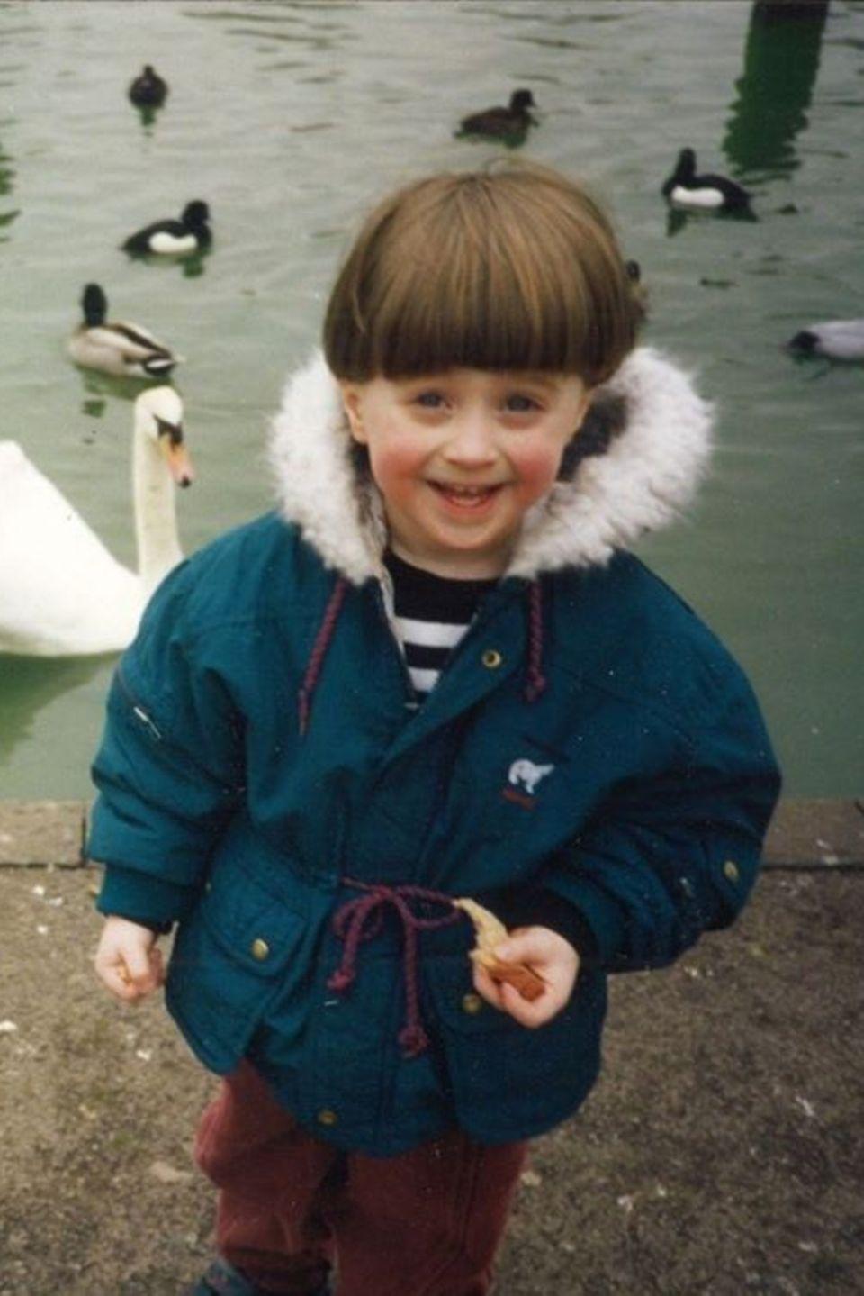 Daniel Radcliffe  Dieser Schnappschuss aus Kindertagen entzückt wirklichjeden. Im Alter von ca. drei Jahren sehen wir den kleinen Daniel warm eingepackt und mit roten Bäckchen beim Enten füttern.