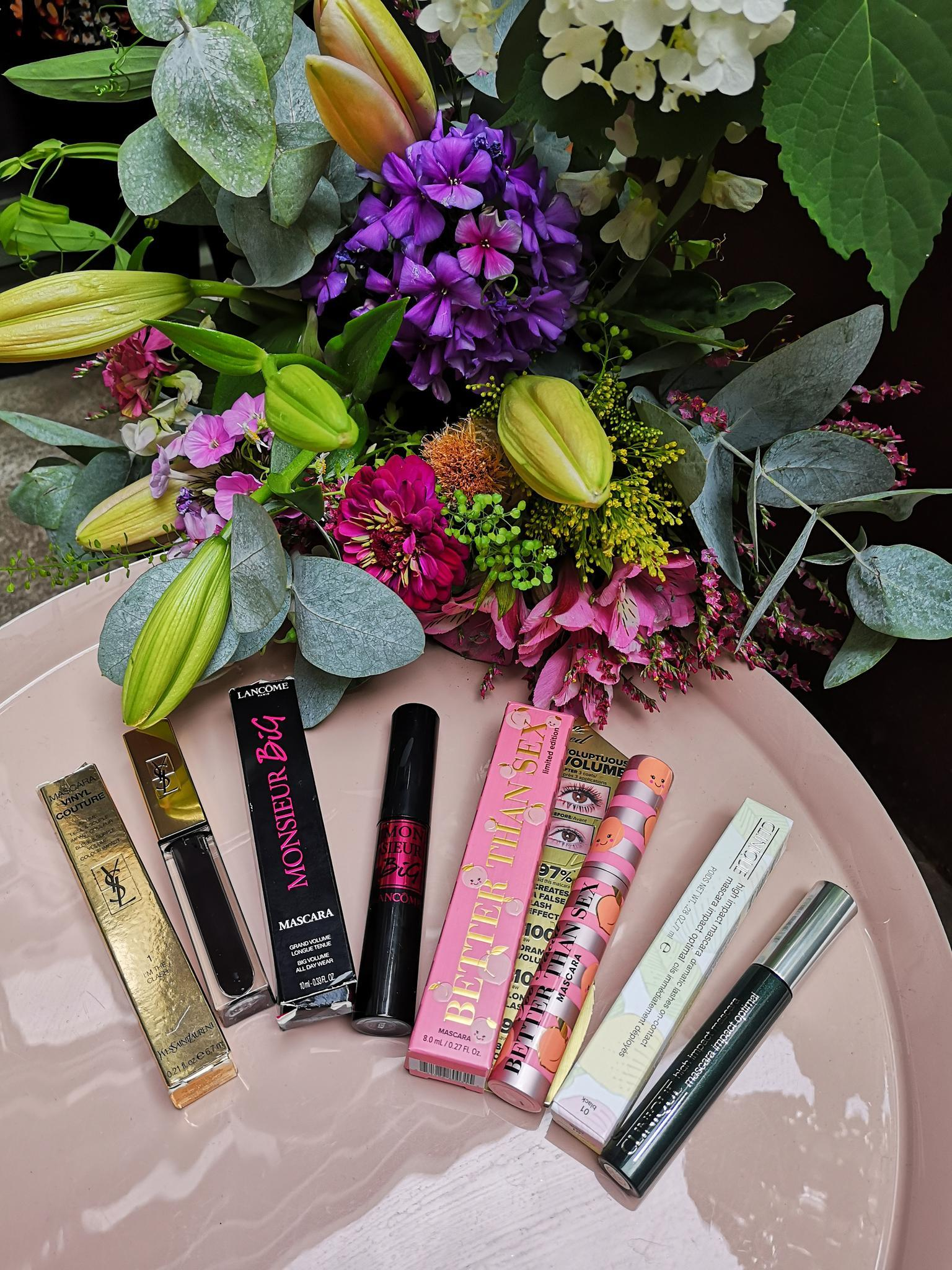 Mascara-Test, Yves Saint Laurent, Lancôme, Too Faced, Clinique, alle Produkte, Tische, Blumen