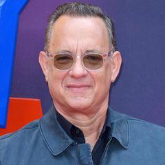 """25 Jahre später zählt Tom Hanks zu den angesehenstenCharakterdarstellern Hollywoods, der auch als Regisseur, Produzent und Synchronsprecher erfolgreichist. Er gewinnt zwei Oscars, vier Golden Globes sowie den """"AFI Life Achievement Award"""" für sein Lebenswerk. Seit 1988 ist Tom Hanks in zweiter Ehe mit der Schauspielerin Rita Wilson verheiratet. Das Paar hat zwei Söhne. Außerdem brachte er zwei Kinder aus seiner ersten Ehe mit in die Beziehung, von denen Sohn Colin Hanks ebenfalls Schauspieler ist."""