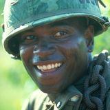 """Mykelti Williamson übernimmt in """"Forrest Gump"""" die Rolle des Benjamin Buford """"Bubba"""" Blue, mit dem sich Forrest während des Vietnamkriegs anfreundet und der in Forrests Armen stirbt. Für seine Darstellung wird Williamson 1994 bei den MTV Movie Awards in der Kategorie """"Best Breakthrough Performance"""" nominiert."""