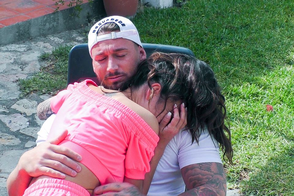 Mike tröstet Elena