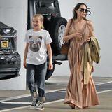 Zur Sicherheit gegen eine kühle Brise hat Angelina einen olivfarbenen Trenchcoat dabei, der perfekt zu dem Farbschema ihres Looks passt. Und wie es sich für einen echten Hollywood-Star gehört, trägt Angie eine XL-Sonnenbrille auf der Nase. Welch ein cooler Sommer-Look!