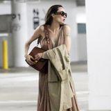 Auf die sommerlichen Temperaturen in Los Angeles ist Angelina Jolie mit ihrem Outfitperfekt vorbereitet. Ihr bodenlanges, beigefarbenes Dress kombiniert sie zu luftigen, sandfarbenen Sandalen. Dazu passend trägt die 44-Jährige eine braune Shoulder-Bag mit goldenen Applikationen, die ihrem Look einen Hauch an Glamour verleiht.