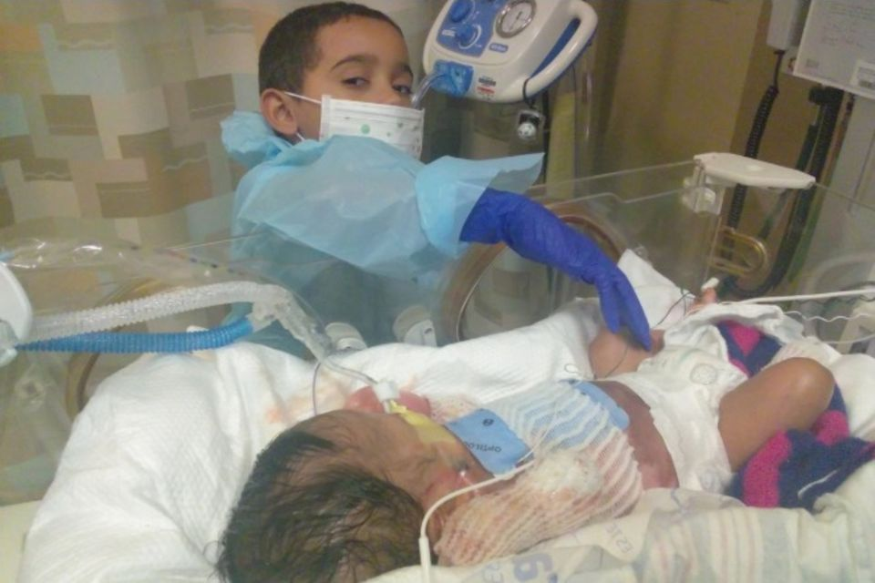 Immer anJa'abaris Bett: sein großer Bruder