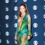 Es gibt etwa ein Dutzend Red-Carpet-Kleider, die in die Geschichte eingegangen sind. Dieses gewagte Design von Versace, das Jennifer Lopez bei den Grammy Awards im Februar 2000, schaffte es definitiv auf die Liste. Es gehört bis heute zu den bekanntesten Looks.