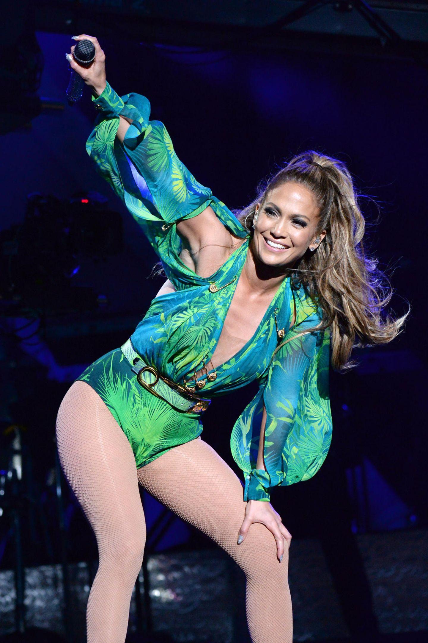 14 Jahre später sieht es ganz so aus, als hätte Jennifer Lopez ihr berühmtes Kleid zu einem Body umnähen lassen. Tatsächlich handelt es sich aber um einen komplett neuen Look.