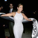 1997 richten sich alle Blick auf Jennifer Lopez, die in ihrer weißen Robe einfach toll aussieht.