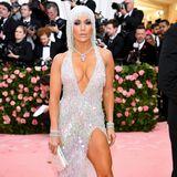 21 Jahre später setzt J.Lo noch einen drauf. Bei der Met Gala im Mai 2019 besteht ihr Kleid sogar aus Kristallen. Der Look bleibt allerdings ähnlich.