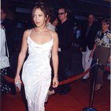 """Etwas Schleppe, feine Träger, schimmernder Stoff - bei der Premiere von """"Out of Sght"""" sieht Jennifer Lopez 1998 einfach bezaubernd aus."""