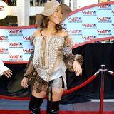 Den Leo-Trend entfacht Jennifer Lopez bereits zu Beginn der 2000er-Jahre. Zum wirklich auffälligen Piece schlüpft sie in Over-Knees.