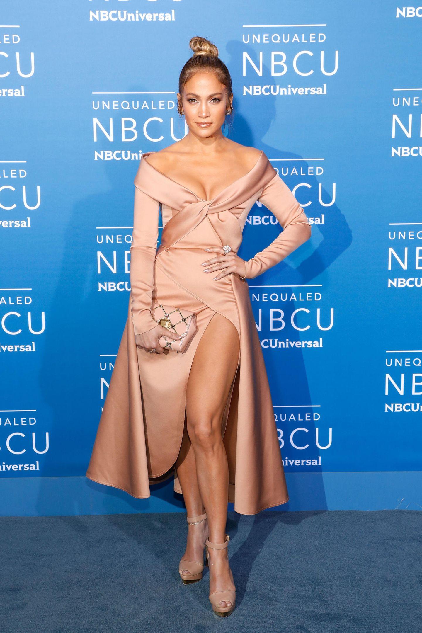 Die gleich Farbe, ein ähnlich aufwendiges Oberteil - Jennifer Lopez mag den Look auch in 2017 noch.