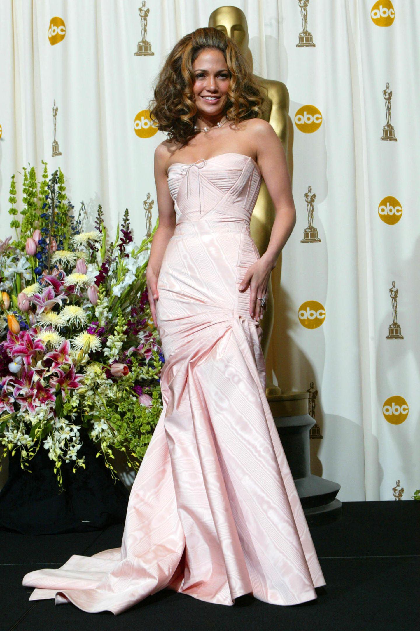 Bei den Oscars in 2002 erscheint Jennifer Lopez in einem Mermaid-Dress in Blush, das am Oberkörper extravagant genäht ist.