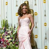 Bei den Oscars in 2002 erscheint Jennifer Lopez in einem Mermaid-Dress in Blush, das am Oberkörper extravagant genäht ist.