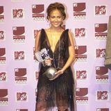 """Ihren """"MTV European Music Award"""" nimmt Jennifer Lopez im November 2000 in einem kleinen Schwarzen entgegen, das durch einen tiefen V-Ausschnitt und Stickereien zum Hingucker wird."""