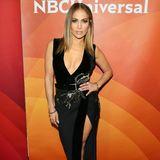 Fast 20 Jahre später trägt Jennifer Lopez ein kleines Schwarzes, das durch einen ähnlichen Ausschnitt und hübsche Perlen-Stickereien auffällt. Das Modell ist jedoch viel eleganter. Man sieht, dass sich die Sängerin zu einer wahren Pop-Diva entwickelt hat.