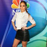 Der Rock ist 17 Jahre zwar etwas kürzer, aber J.Lo weiß noch immer: Ein Schwarz-Weiß-Ensemble ist unschlagbar.