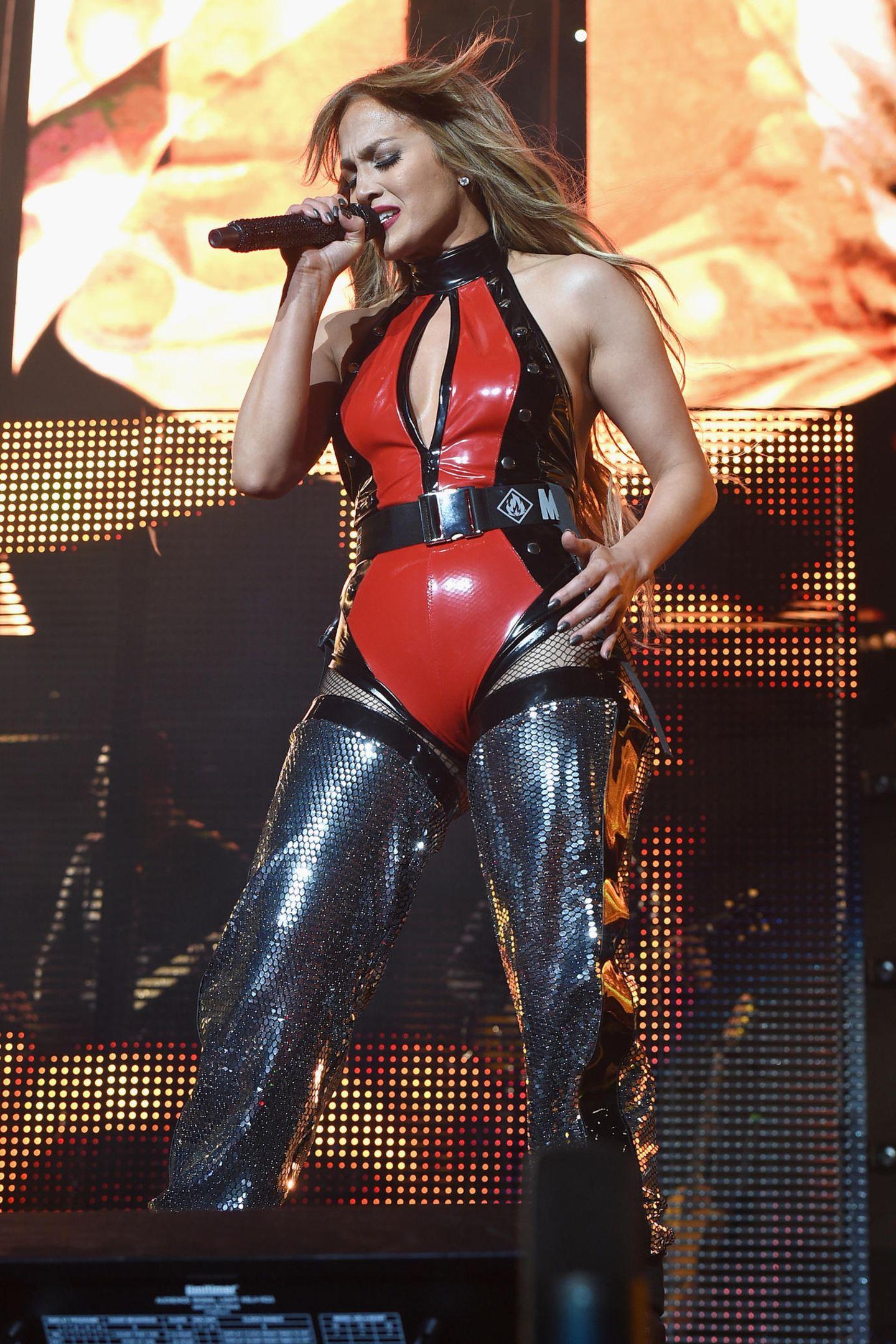 Über 20 Jahre hat sich im Leben von Jennifer Lopez so einiges verändert. Nur in ihrem Kleiderschrank scheint es immer noch gleich auszusehen.