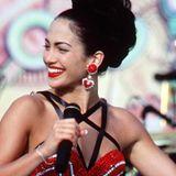 """Im Film """"Selena"""" zeigt sich Jennifer Lopez in einem roten Dessous-Look, der ganz schön heiß ist. Damals schreiben wir das Jahr 1997."""