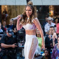 Heute ersetzt J.Lo das Bandana zwar durch einen Bun, bei den anderen B's ist es dennoch geblieben. Die Bühne rockt sie bauchfrei und mit viel Bling-Bling.
