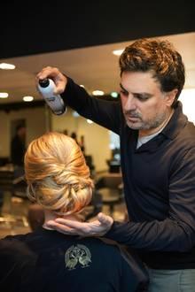 """Shan Rahimkhan ist der Meister der Haare und weiß, welche Hochsteckfrisuren besonders elegant an Bräuten aussehen. Als Finish empfiehlt er ein starkes Fixing-Spray, damit die Frisur den ganzen """"Tag der Tage"""" hält."""