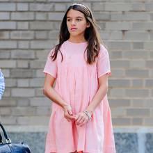 Im rosa T-Shirt-Kleid sieht Suri Cruise im Juli 2019 sommerlich schön aus. Auch wenn sie mitten in New York steht, kommen da wahre Beach-Vibes auf. Dafür sorgt zuletzt auch die Korbtasche, die sie glatt mit an den Strand nehmen könnte.
