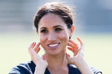 """Hinter Herzogin Meghans """"Markle Sparkle"""" steckt eine ganz besondere Gesichtsmassage, die sichals absolute Wunderwaffe entpuppt, wenn es um perfekte Konturen, eine pralle Haut und einen gesunden Teint geht. Vor allem wenn dieses """"Inner Facial"""" von Nichola Joss durchgeführt wird, auf deren Technik Meghan nun schon seit einigen Jahren schwört. Die Londonerin massiert das Gesicht vom Mund aus mit speziellen Handschuhen durch und modelliert mit diesem """"Inner Facial"""" die Haut von innen heraus."""