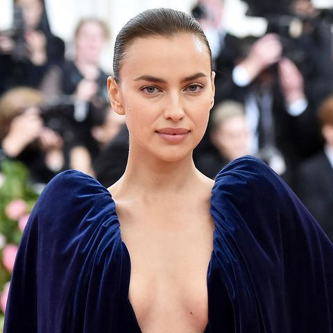 """Model Irina Shayk hat einen eiskalten Beauty-Trick parat: Sie legt sich Eiswürfel auf ihr Gesicht. Diesen Tipp des """"natürlichen Liftings"""" hat Irina von ihrer Mutter bekommen. Das verriet sie im Interview mit dem amerikanischen """"W Magazine""""."""