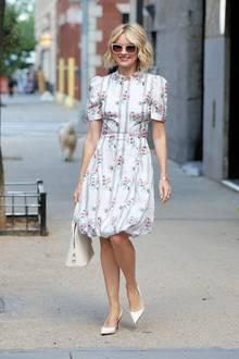 Rund zehn Jahre später, im Juli 2019, erwischen Paparazzi Naomi erneut in New York und das strahlender als je zuvor! Die 50-Jährige scheint nicht gealtert zu seinund präsentiert sich in einem weißen Sommerkleid mit süßem Blumenmuster sowie dazu passenden Pumps und Handtasche. Ihre Haare trägt die Mutter zweier Kinder zu einem fransigen Bob und wirkt fast schon jugendlich.
