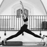 Die perfekte Silhouette bekommt man nicht durch Sport allein. Deswegen steht Stretching auf dem Reformer ebenfalls auf Lena Gerckes Workout-Plan.