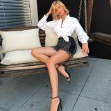 Auch im Sitzen gibt es einen ähnlichen Posing-Trick, mit dem Models wie Mandy Bork ihren Körper optisch verlängern. Hier gilt ebenfalls: seitlich zur Kamera setzen, das eine Beine ausstrecken, die Zehen spitzen.