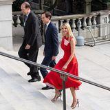 Lady in Red: Ivanka Trump zeigt sich in Washington in einem roten Midi-Kleid von Calvin Klein. Besonders schönes Detail: Das Innenfutter des Kleides ist rosa.