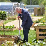 """Prinz Charles besucht das """"Government Communications Headquarters""""in Cheltenham und packt dort fleißig mit an."""