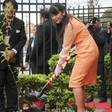 Im Rahmen ihrer Reise durch Bolivien pflanzt Prinzessin Mako pflanzt einen Baum beim Besuch einer japanischen Schule.