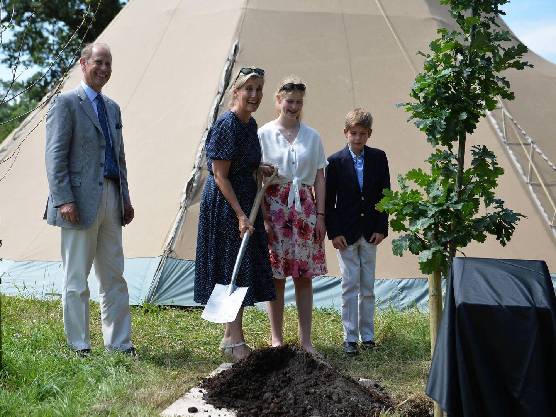 """Edward und Sophie besuchen mit ihren Kindern das """"Bear Wood at Wild Place Project"""" in Bristol und lassen es sich nicht nehmen, dort einen Baum zu pflanzen."""