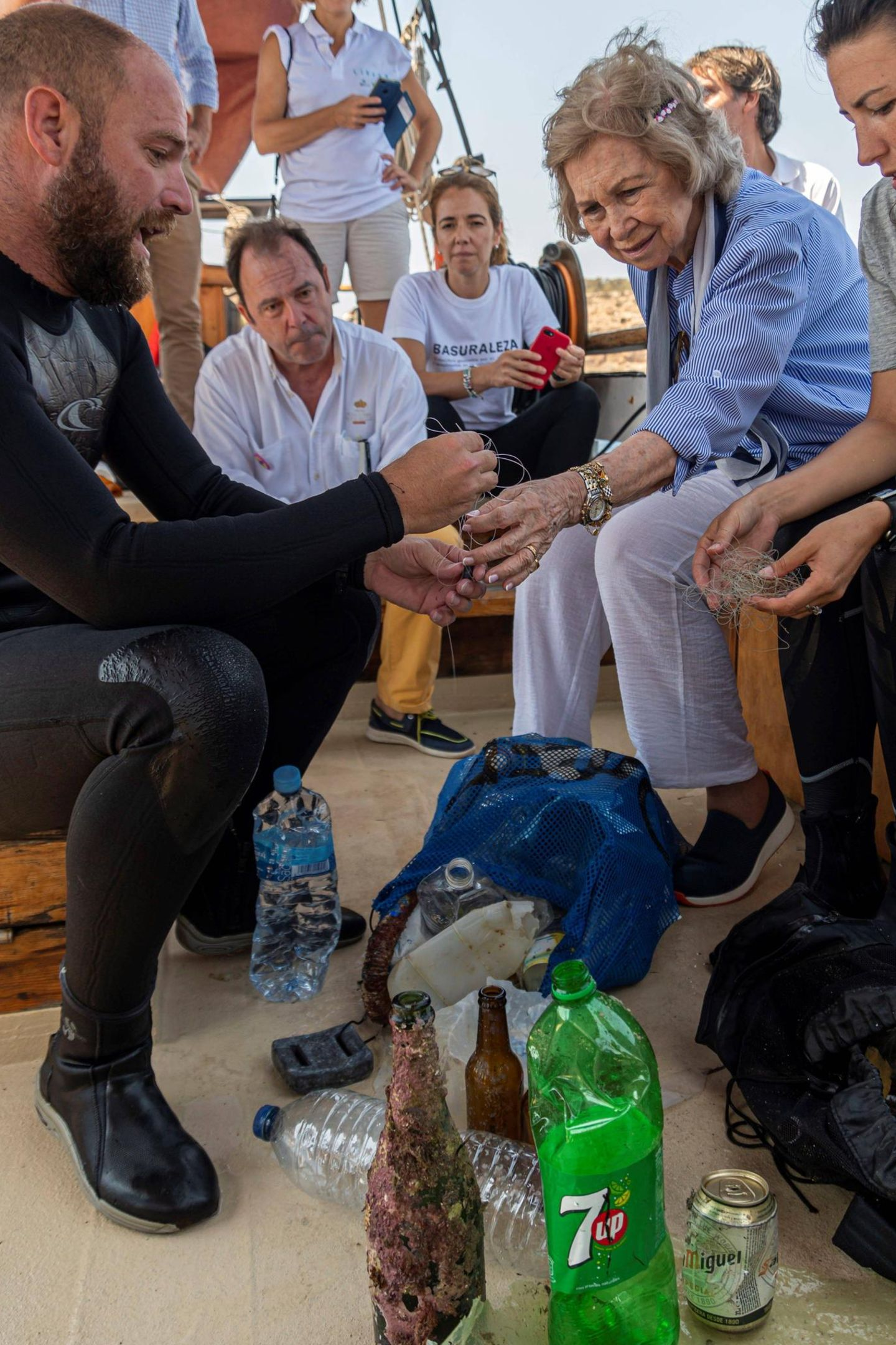 "Königin Sofia von Spanien informiert sich an Bord des Expeditionsschiffs ""Toftevaag"" über Ozeanmüllim Rahmen des Libera Projekts in Palma de Mallorca."