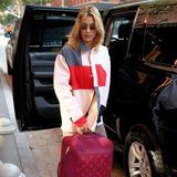 In New York hievt Bella Hadid fleißig ihr Gepäck in den großen Jeep, der sie anschließend zum Airport bringen soll. Der pinkfarbene Koffer von Louis Vuittonscheint prall gefüllt mit zahlreichen Luxus-Outfits für die Reise zu sein.
