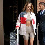 Und die dürften überwiegend ebenso knapp ausfallen, wie Bellas Airport-Style. Denn zu ihrer taupefarbenen und hautengen Radlerhose trägt sie ein bauchfreies Top in demselben Farbton, das noch dazu so kurz ist, dass ein Hauch ihres Underboobs zu sehen ist. Da hilft es auch nicht, dass die 22-Jährige eine XL-Jeansjacke überwirft.