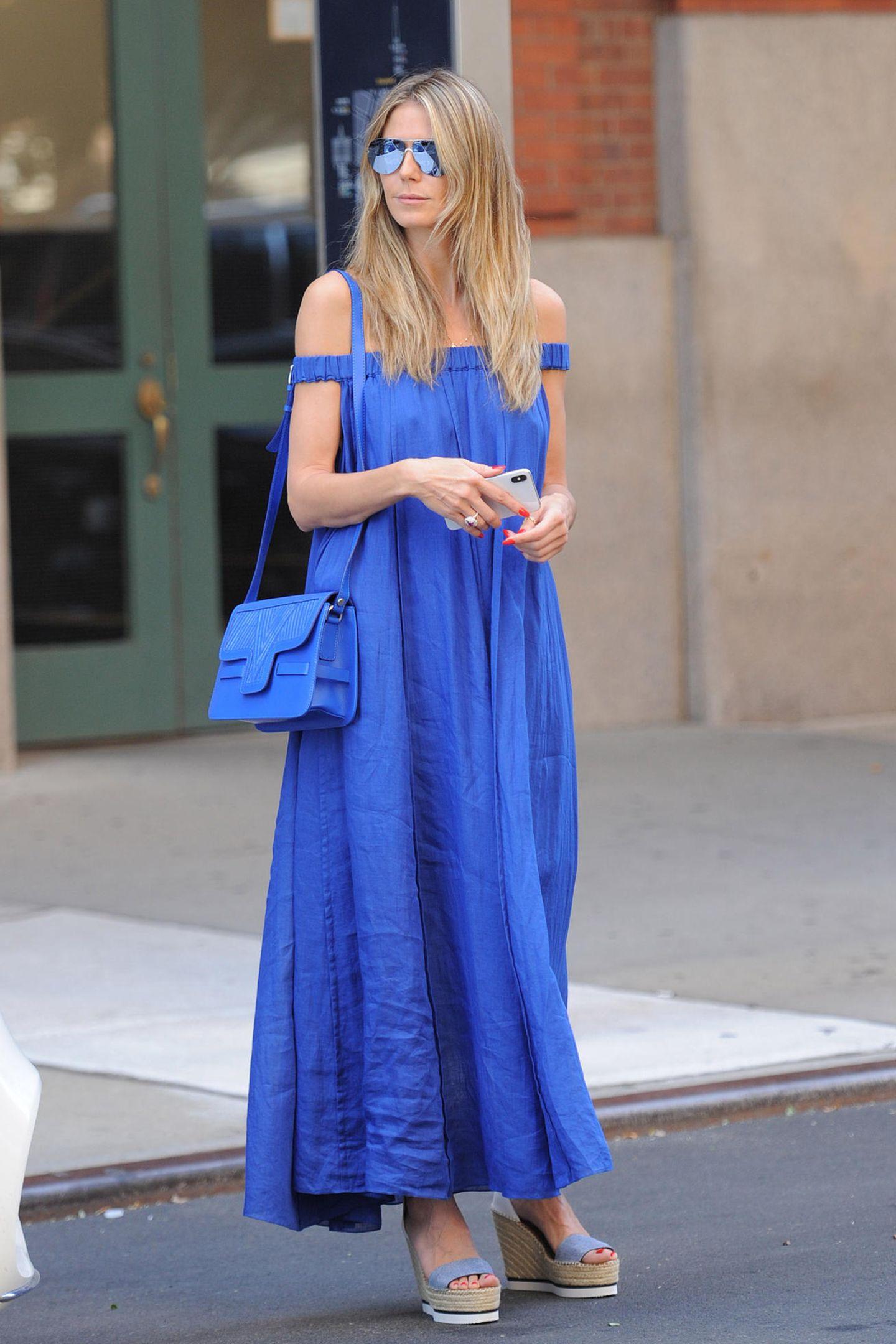 Wie cool! Heidi Klum stimmt ihren Look farblich ganz exakt ab. Zum Kleid passt nicht nur die Handtasche, sondern auch die getönten Gläser ihrer Brille.