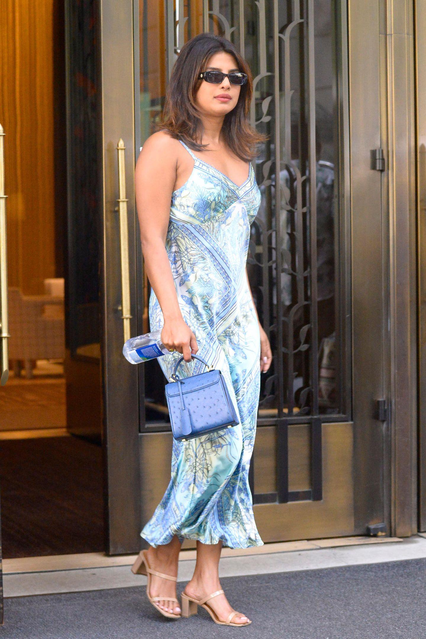 Priyanka Chopra verzaubert in einem seidigen Midi-Dress in Aquamarin. Da muss man sofort ans Meer und eine sanfte Brise denken.
