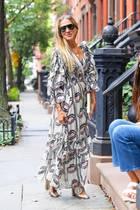 """Sarah Jessica Parker weiß auch 15 Jahre nach """"Sex and the City"""" noch, wie man sich modisch kleidet. Dieses Maxi-Kleid mit Raffungen, Volants und Print ist definitiv ein Hingucker. Und ihre Schuhe erst!!"""