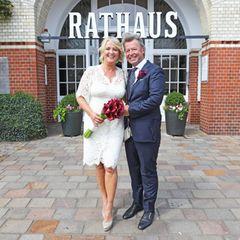 25. Juli 2019  Die Moderatorin Ulla Kock am Brink und ihr PartnerProf. Dr. Peter Fissenewert haben sich das Jawort gegeben. Die Zeremonie fand im Rathaus auf Sylt statt. Die Braut hat sich an ihrem großen Tag für ein kurzes Spitzenkleid entschieden.