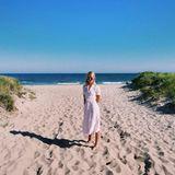 Bei Prinzessin Olympia von Griechenland geht's im schlichten, pastelligen Hemdkleid an den Strand.