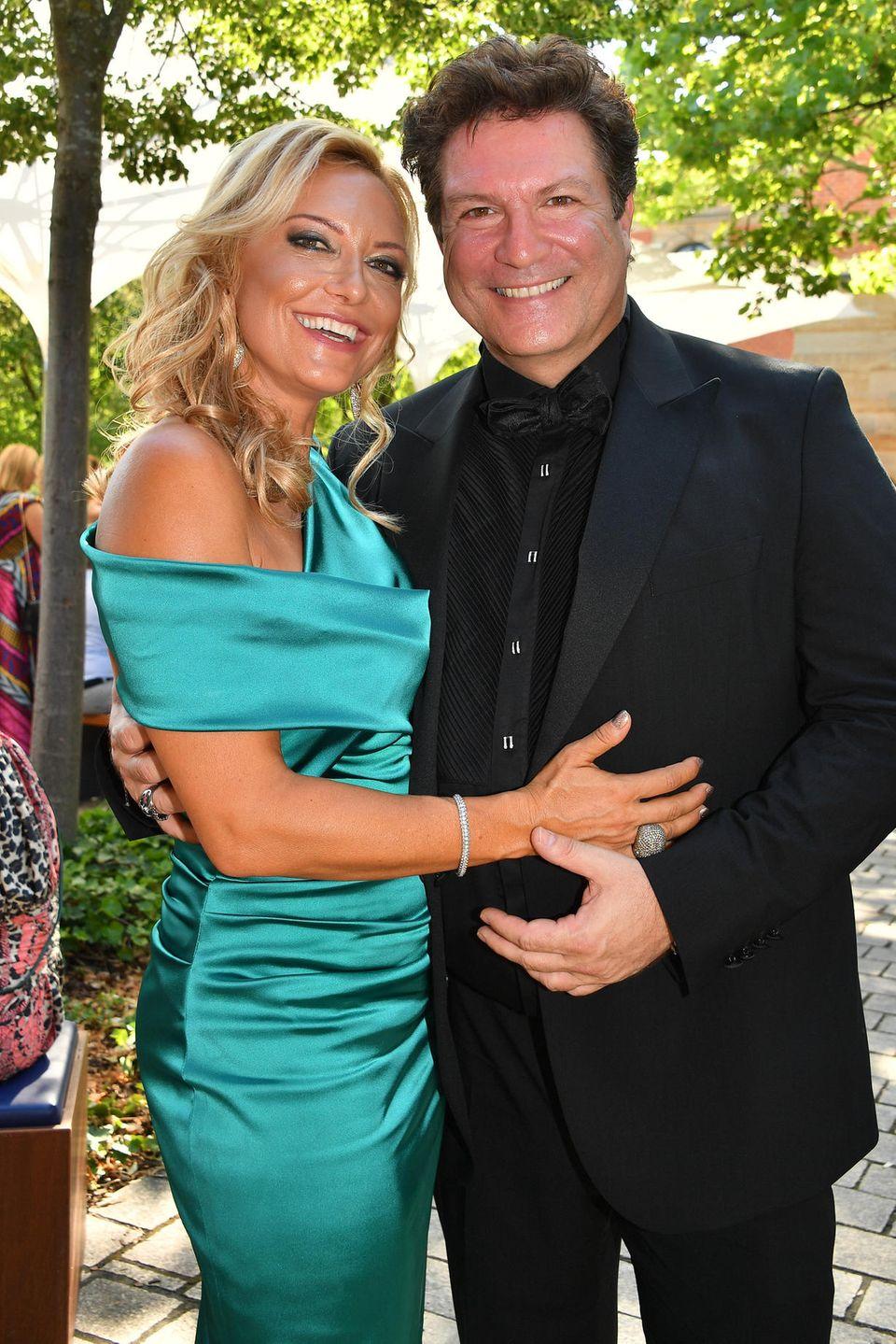 SchauspielerFrancis Fulton-Smith und seine Freundin Claudia Hillmeier wollen sich den Auftakt zu diesen beliebten Festspielen nicht entgehen lassen.
